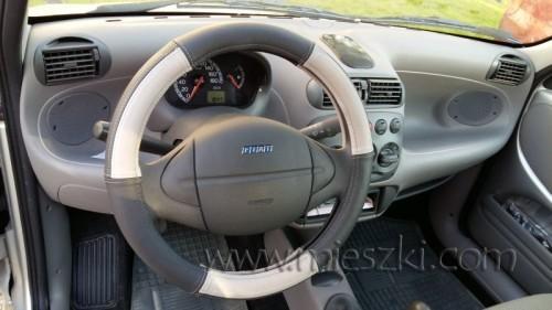 Skórzana nakładka na kierownicę zamontowana w Fiat Seicento