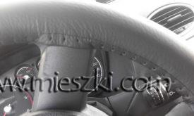 Mocne ściągnięcie boków sprawia, że pokrowiec jest dokładnie dopasowany do kierownicy
